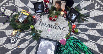 Fotos, Blumen und Kerzen an der Gedenkstätte «Strawberry Fields» in New Yorks Central Park.