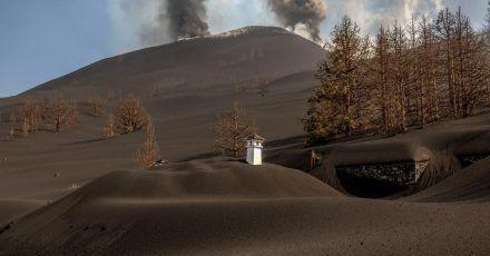 Ein Haus ist mit der Asche des Vulkans in Las Manchas auf der Kanareninsel La Palma bedeckt.