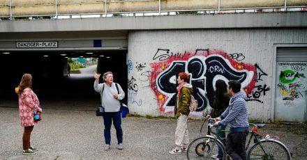 Helmut van der Buchholz, Stadtführer der «Germany's Ugliest City Tours», spricht während einer Stadtführung durch die Innenstadt mit Teilnehmern.