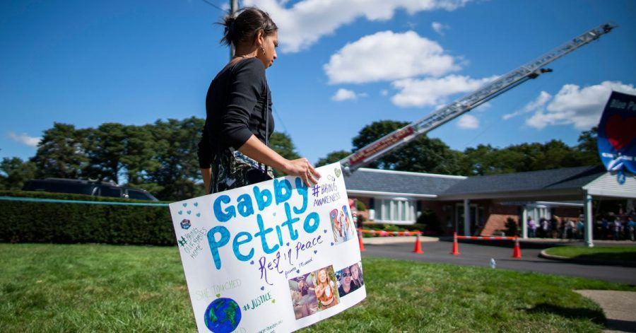 Eine Frau trägt während der Trauerfeier am 26. September ein Plakat zu Ehren Petitos.