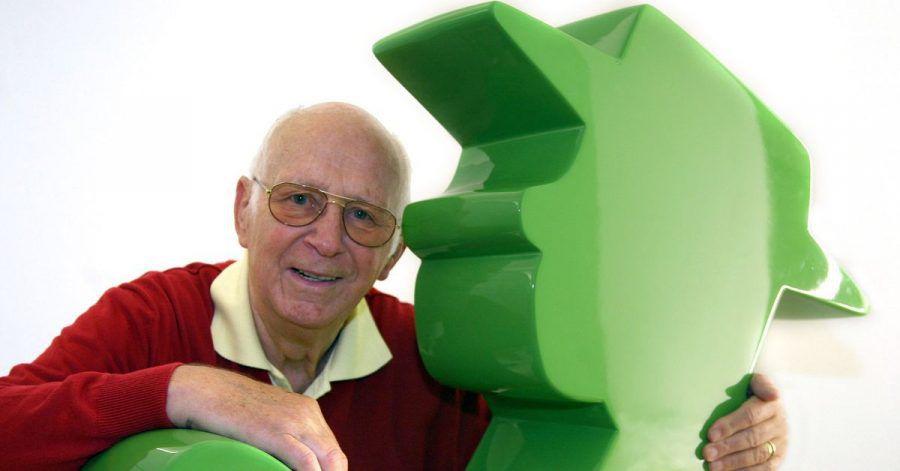 Der Erfinder des Ampelmännchens, Karl Peglau, mit einem überdimensionalen Ampelmännchen.