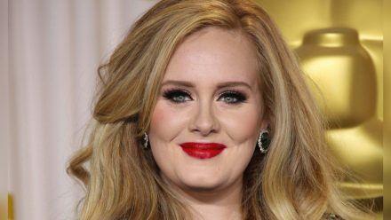 Nach sechs Jahren musikalischer Stille kehrt Adele zurück. (jom/spot)