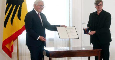 Bundespräsident Frank-Walter Steinmeier verleiht im Schloss Bellevue den Verdienstorden der Bundesrepublik Deutschland.