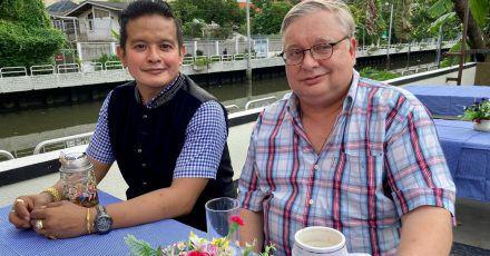 Kevyn Michel (l.), Besitzer des Traditionslokals «Bei Otto», und der deutsche Auswanderer Hermann Quint auf der Außenterrasse der neuen Wirtschaft direkt am Kanal.
