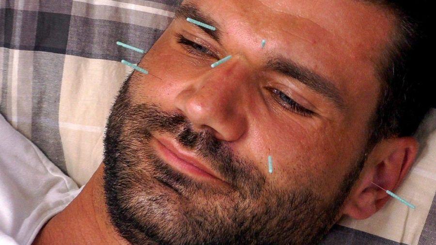 Mike ausnahmsweise entspannt bei Michelles Akupunktur. (smi/spot)