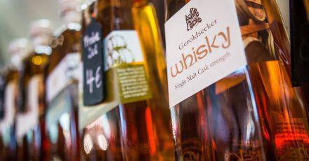 Wer sich Whisky nähert, sollte vor dem ersten Kauf in einem Fachgeschäft seine geschmacklichen Vorlieben erklären und sich beraten lassen.