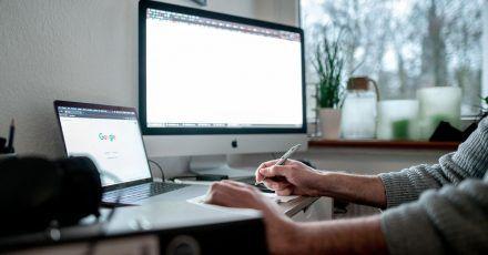 Zuhause arbeiten: Manche können sich dort besser konzentrieren. Andere befürchten laut einer Umfrage, der Chef könne sie so bei Beförderungen vergessen.