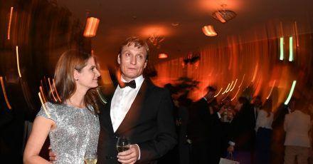 Der Schauspieler und Preisträger in der Kategorie «Beste männliche Hauptrolle», Oliver Masucci, und Tanit Koch bei der Aftershow-Party in Berlin.