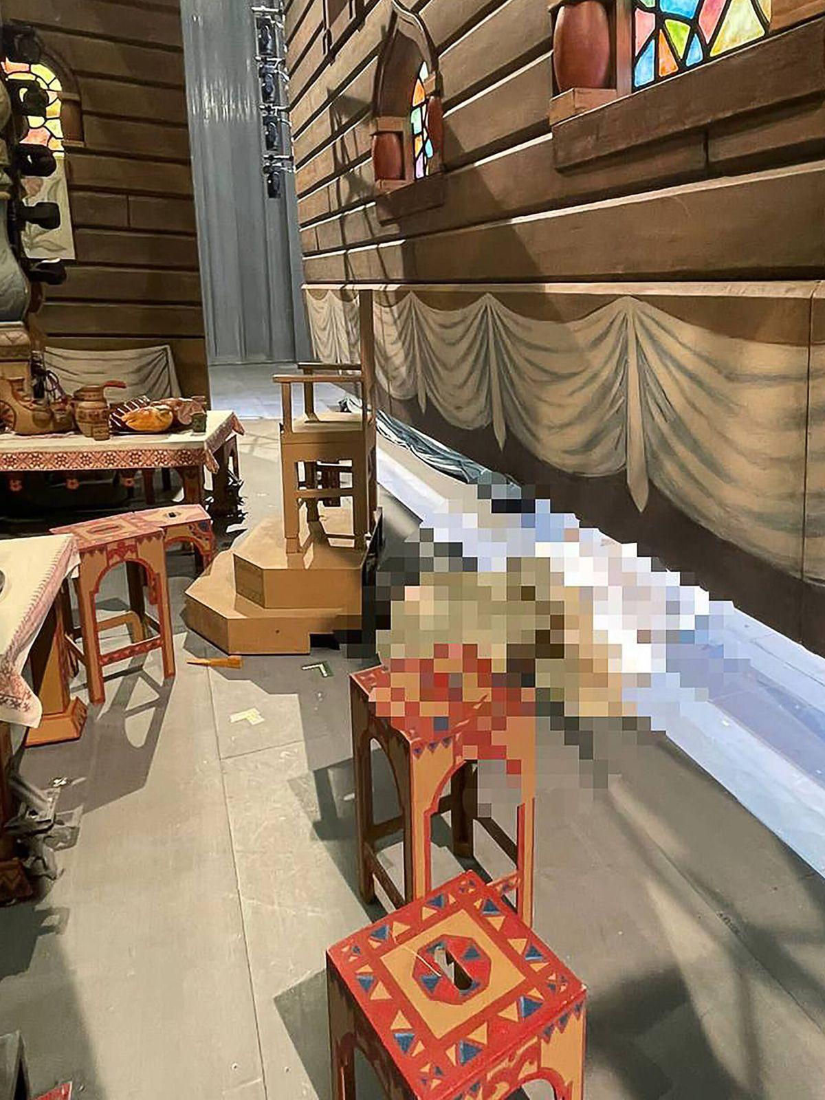 Künstler im berühmten Bolschoi Theater von Kulisse erschlagen