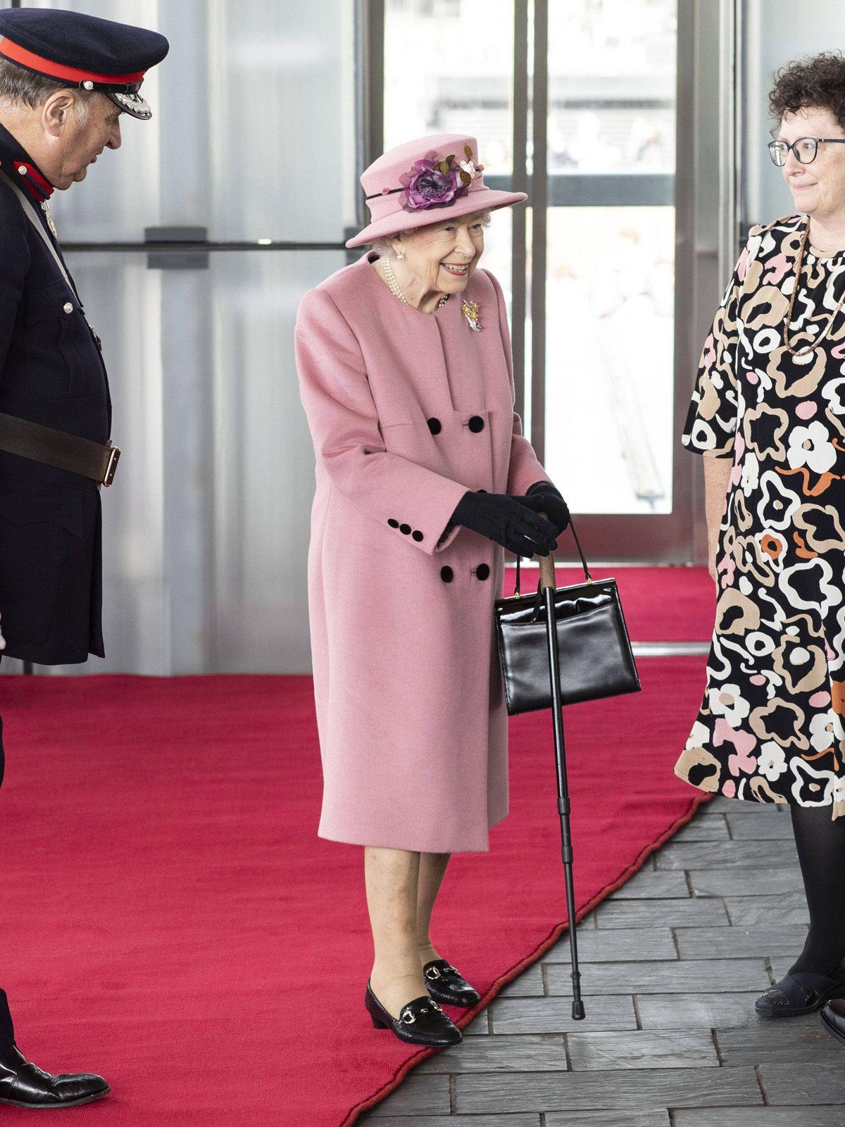 Queen mit Gehstock im Parlament