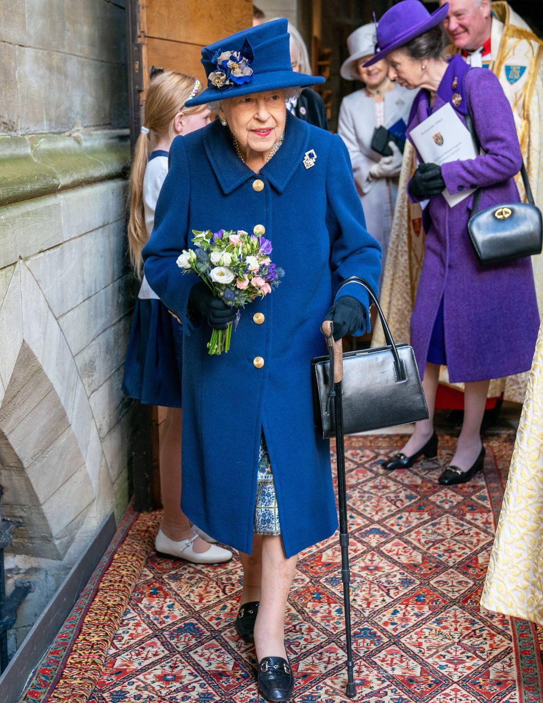 Die Queen benutzt hier erstmals einen Gehstock in der Öffentlichkeit